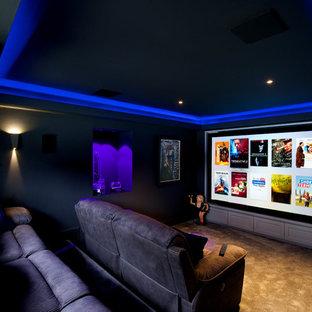 Idee per un piccolo home theatre chiuso con pareti grigie, moquette, schermo di proiezione e pavimento marrone