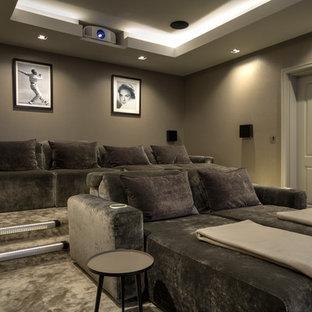 Imagen de cine en casa cerrado, clásico renovado, grande, con paredes marrones, moqueta, pantalla de proyección y suelo beige