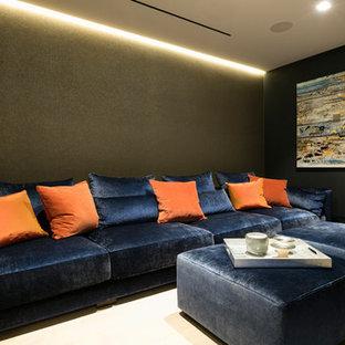 Kleines, Abgetrenntes Modernes Heimkino mit grüner Wandfarbe, Teppichboden, Wand-TV und beigem Boden in London