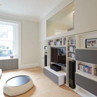 Mittelgroßes, Abgetrenntes Modernes Heimkino mit grauer Wandfarbe, hellem Holzboden und Multimediawand in London