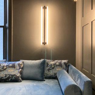Imagen de cine en casa cerrado, moderno, extra grande, con paredes azules, suelo de madera en tonos medios, pantalla de proyección y suelo marrón