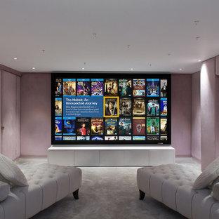 Kleines, Abgetrenntes Modernes Heimkino mit rosa Wandfarbe, Teppichboden und Leinwand in London