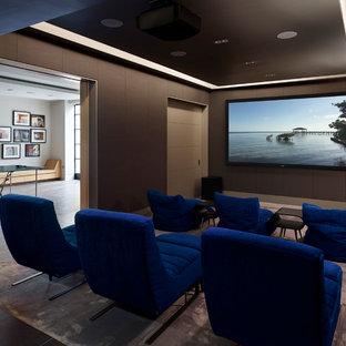 Mittelgroßes, Abgetrenntes Modernes Heimkino mit brauner Wandfarbe, Teppichboden, Leinwand und lila Boden in London