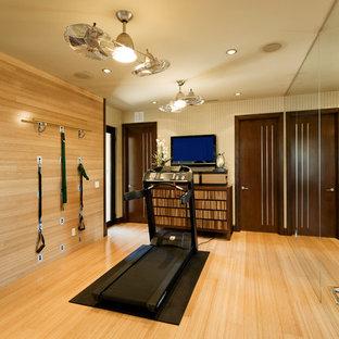 Multifunktionaler Moderner Fitnessraum mit beiger Wandfarbe, hellem Holzboden und gelbem Boden in Las Vegas