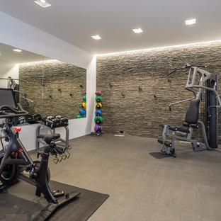 Geräumiger Moderner Fitnessraum mit weißer Wandfarbe und grauem Boden in New York