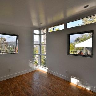 Immagine di una piccola palestra in casa moderna con pareti bianche
