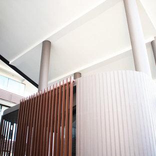 Esempio di uno studio yoga minimalista di medie dimensioni con pareti grigie, pavimento in bambù e pavimento beige