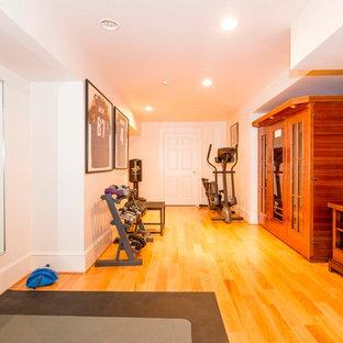 Esempio di un grande studio yoga tradizionale con pareti bianche, parquet chiaro e pavimento giallo