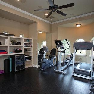 Multifunktionaler, Großer Eklektischer Fitnessraum mit beiger Wandfarbe, Korkboden und schwarzem Boden in Dallas
