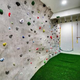 Ispirazione per una parete da arrampicata eclettica di medie dimensioni con pareti bianche e pavimento verde