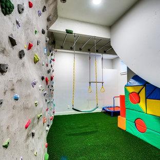 Immagine di una parete da arrampicata bohémian di medie dimensioni con pareti bianche, moquette e pavimento verde