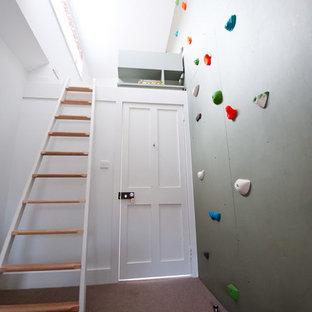 Moderner Fitnessraum mit Kletterwand, grauer Wandfarbe und Teppichboden in Sonstige