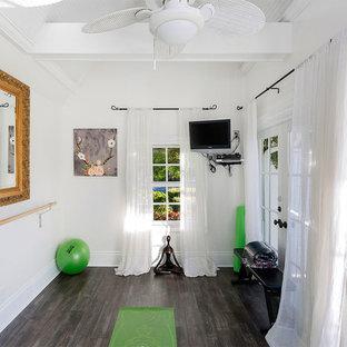 Idee per uno studio yoga stile marino di medie dimensioni con pareti bianche, parquet scuro e pavimento grigio