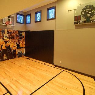 Mittelgroßer Moderner Fitnessraum mit Indoor-Sportplatz, beiger Wandfarbe, hellem Holzboden und gelbem Boden in Sonstige