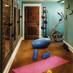 Exempel på ett klassiskt hemmagym, med blå väggar och brunt golv