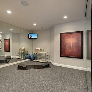 Foto di uno studio yoga classico con pareti grigie e pavimento grigio