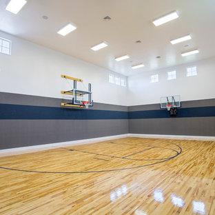Immagine di un campo sportivo coperto chic con pareti multicolore e pavimento in legno massello medio