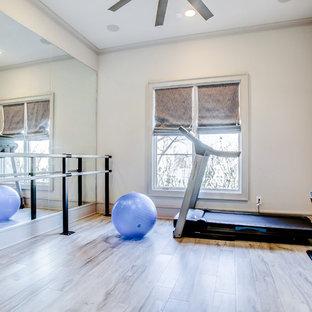 Foto di una sala pesi tradizionale di medie dimensioni con pareti beige, pavimento in laminato e pavimento marrone