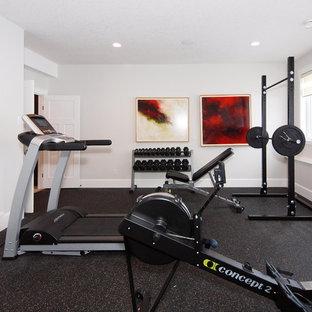 Multifunktionaler Klassischer Fitnessraum mit weißer Wandfarbe und schwarzem Boden in Edmonton