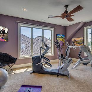Multifunktionaler, Großer Klassischer Fitnessraum mit lila Wandfarbe und Teppichboden in Portland