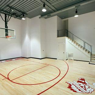 Imagen de pista deportiva cubierta industrial con paredes blancas y suelo de madera clara