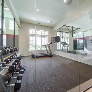 Idee per una grande sala pesi tradizionale con pareti beige e moquette