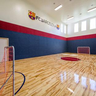 Großer Klassischer Fitnessraum mit Indoor-Sportplatz, bunten Wänden und hellem Holzboden in Salt Lake City