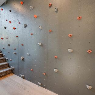 Idee per una parete da arrampicata minimal di medie dimensioni con pareti grigie e parquet chiaro