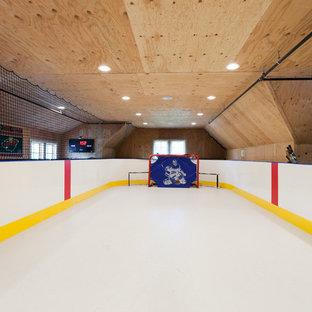 Klassischer Fitnessraum mit Indoor-Sportplatz, beiger Wandfarbe und weißem Boden