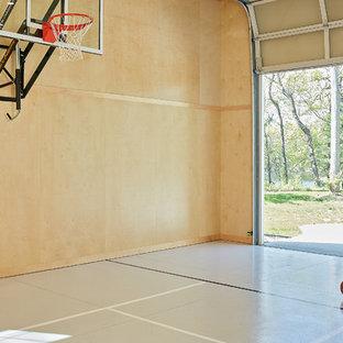 Country Fitnessraum mit Indoor-Sportplatz, beigem Boden und beiger Wandfarbe