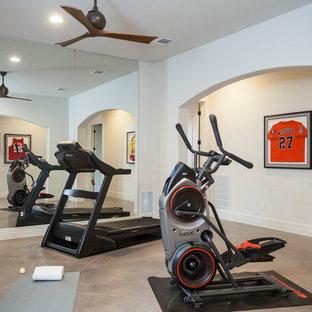 Multifunktionaler Klassischer Fitnessraum mit Betonboden in Austin