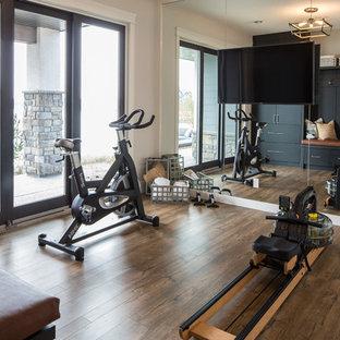 Multifunktionaler, Mittelgroßer Country Fitnessraum mit weißer Wandfarbe, Vinylboden und braunem Boden in Calgary