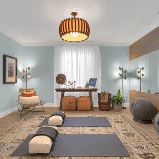 Mittelgroßer Moderner Yogaraum mit blauer Wandfarbe, Laminat und beigem Boden in Denver
