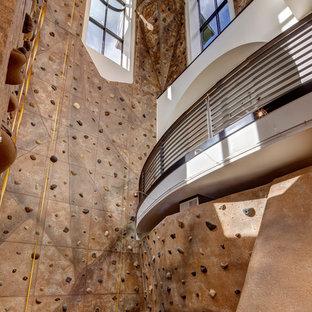 Geräumiger Klassischer Fitnessraum mit Kletterwand, beiger Wandfarbe und Teppichboden in Salt Lake City