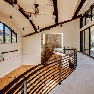 Idéer för ett mycket stort klassiskt hemmagym med inomhusplan, med beige väggar och mellanmörkt trägolv