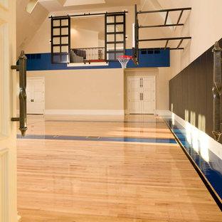 Klassischer Fitnessraum mit Indoor-Sportplatz, beiger Wandfarbe und hellem Holzboden in Dallas
