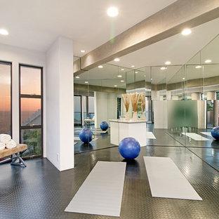 Multifunktionaler, Großer Moderner Fitnessraum mit weißer Wandfarbe in Orange County