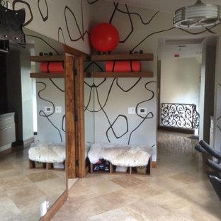 Multifunktionaler, Mittelgroßer Moderner Fitnessraum mit Travertin und beiger Wandfarbe in San Diego