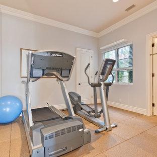Multifunktionaler, Mittelgroßer Mid-Century Fitnessraum mit grauer Wandfarbe, Korkboden und braunem Boden in San Diego