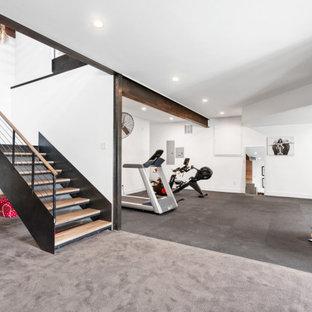 Ispirazione per una sala pesi minimalista con pareti bianche e pavimento grigio