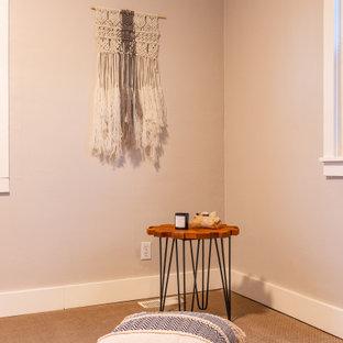 Immagine di una palestra in casa scandinava con pareti beige, moquette e pavimento beige