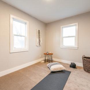 Idee per una palestra in casa nordica con pareti beige, moquette e pavimento beige