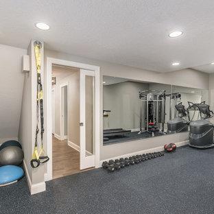 Immagine di una palestra multiuso chic di medie dimensioni con pareti grigie, pavimento in sughero e pavimento blu