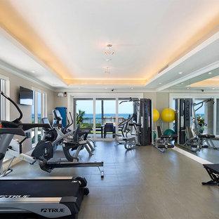 Foto di una palestra multiuso stile marinaro di medie dimensioni con pareti beige, pavimento in linoleum e pavimento grigio