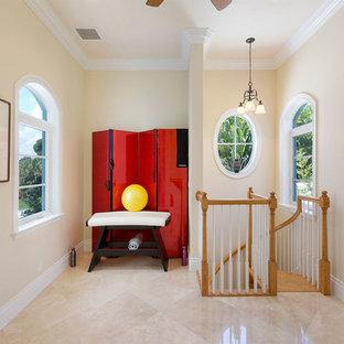 Idee per uno studio yoga stile marino di medie dimensioni con pareti beige, pavimento in gres porcellanato e pavimento beige