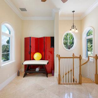 Esempio di uno studio yoga tradizionale di medie dimensioni con pareti beige, pavimento in marmo e pavimento beige