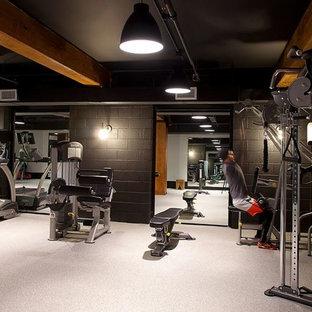 Mittelgroßer Industrial Fitnessraum mit beiger Wandfarbe und beigem Boden in New York
