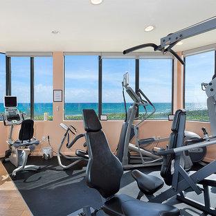 Multifunktionaler, Mittelgroßer Klassischer Fitnessraum mit rosa Wandfarbe, Linoleum und buntem Boden in Miami