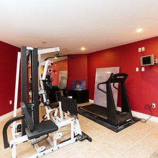 Idées déco pour une salle de musculation contemporaine de taille moyenne avec un mur rouge et un sol en carrelage de céramique.