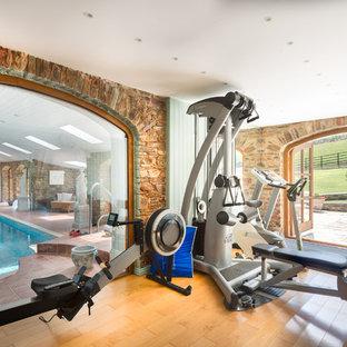Multifunktionaler, Mittelgroßer Landhaus Fitnessraum mit braunem Holzboden in Devon